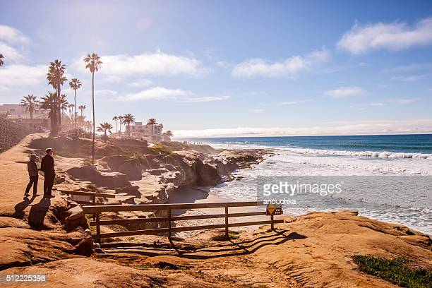 Casal a passear ao longo de La Jolla praia, Califórnia, EUA