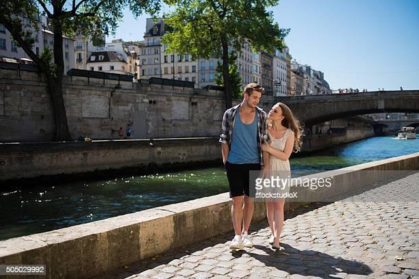 Couple marchant le long de la Seine, à Paris