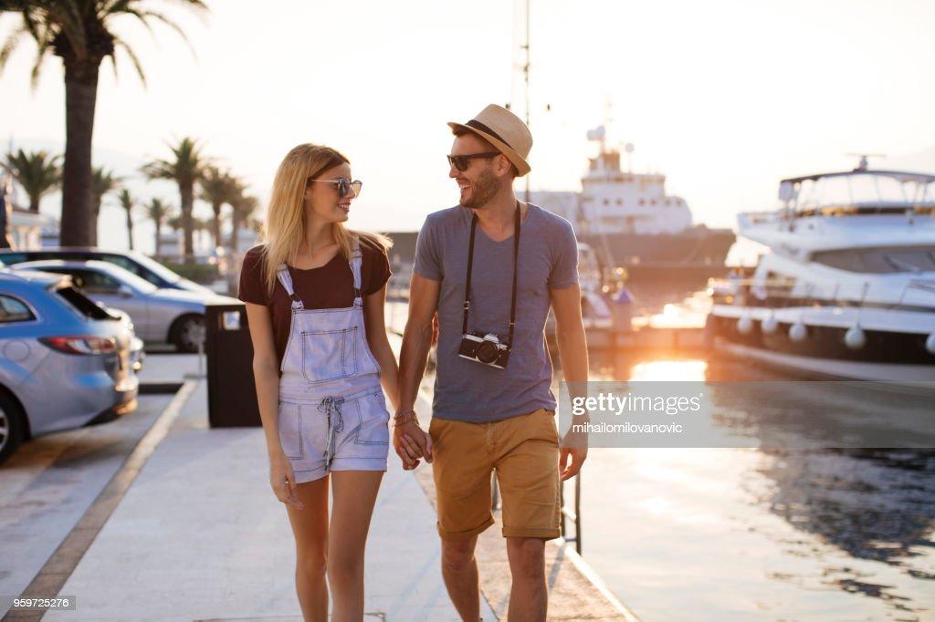 Paar zu Fuß entlang der Yachthafen im Sommer : Stock-Foto