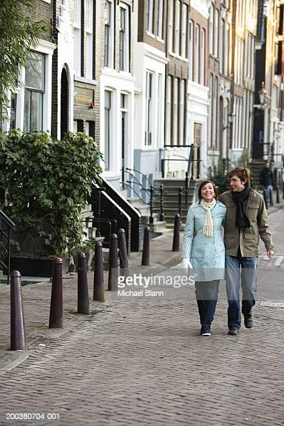 Couple marchant main dans la main, un homme souriant de femme