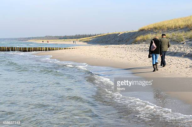 couple marchant sur la plage de darss péninsules à côté de wustrow - fischland darss zingst photos et images de collection