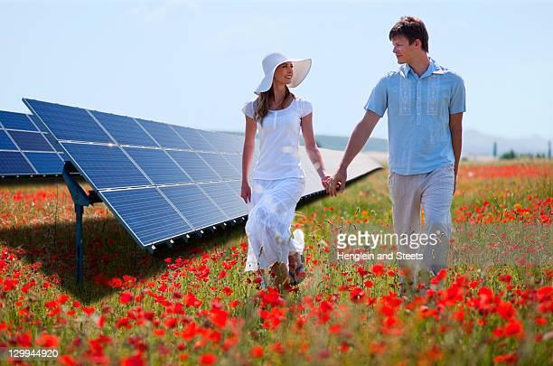 Paar zu Fuß durch Solarzellen