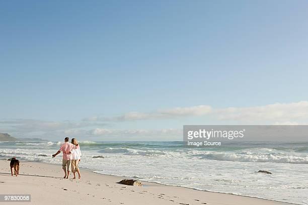 Paar gehen Hund am Meer