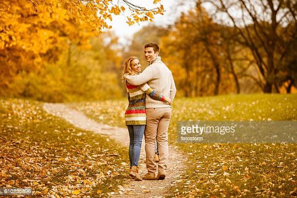 Couple marchant dans le parc en automne