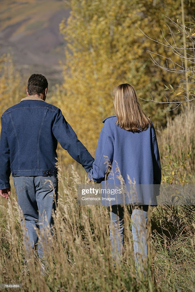 Couple walking in field : Stockfoto