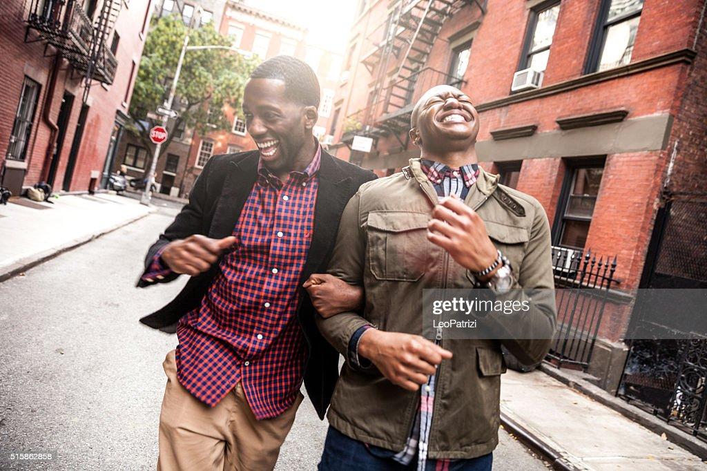 ビーチを散歩するカップルでグリニッチビレッジ-NY : ストックフォト