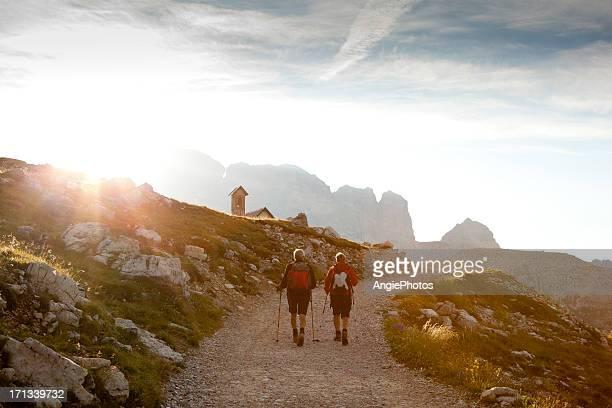 Paar zu Fuß in den Sonnenuntergang