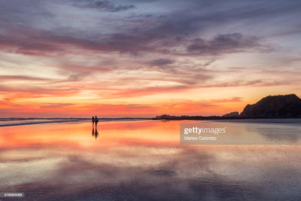 Couple walking on beach at sunset, Costa Rica : Foto de stock