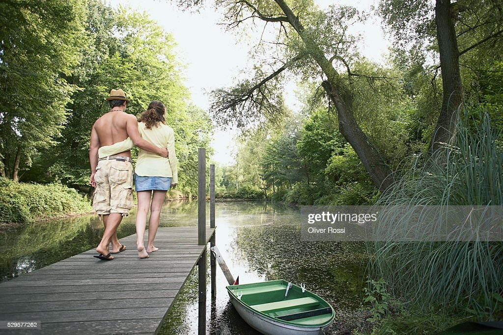 Couple Walking on Dock : Foto de stock