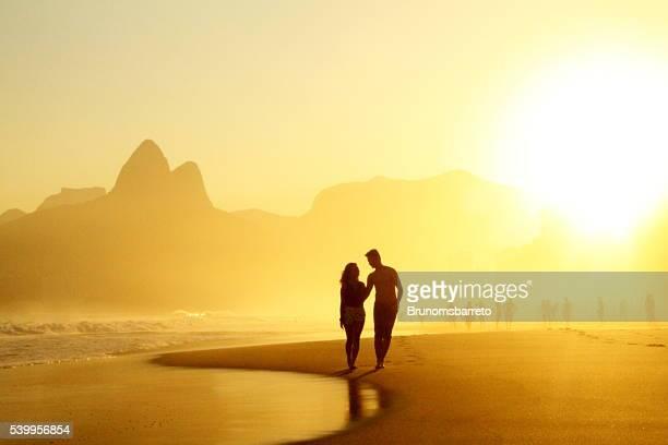 casal andando em ipanema's sol - rio de janeiro - fotografias e filmes do acervo