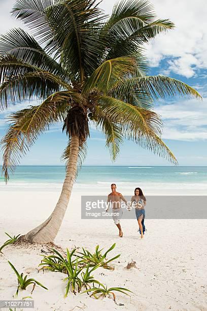 pareja caminando por la playa de arena - mar caribe fotografías e imágenes de stock