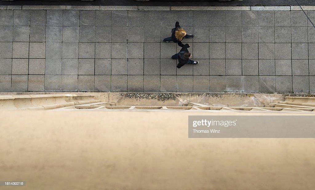Couple walking on sidewalk : Foto de stock