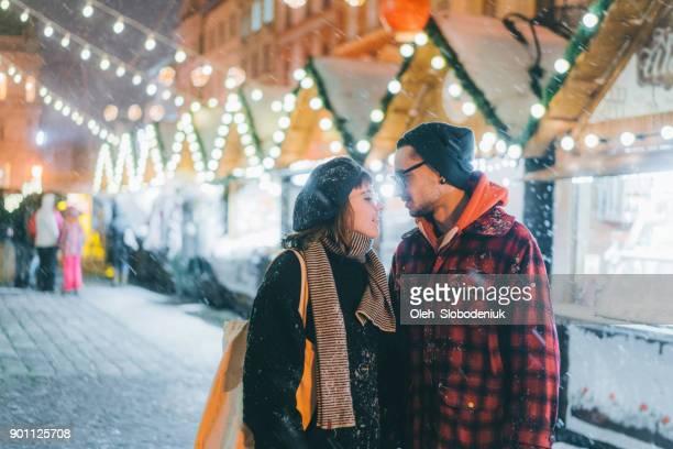 クリスマス マーケットを歩いてカップル - リヴィウ ストックフォトと画像