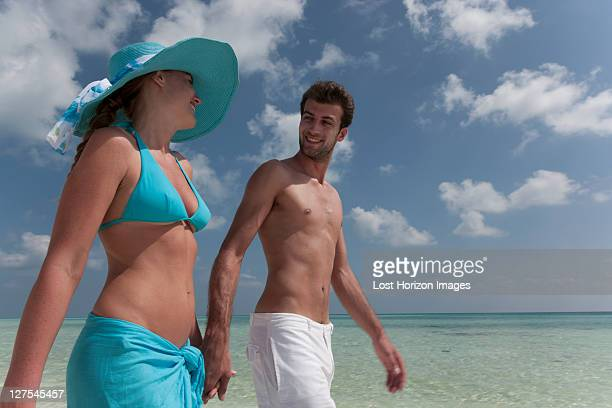 Couple marchant sur la plage tropicale