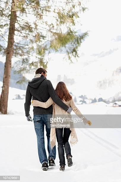 Paar zu Fuß im Freien im Schnee