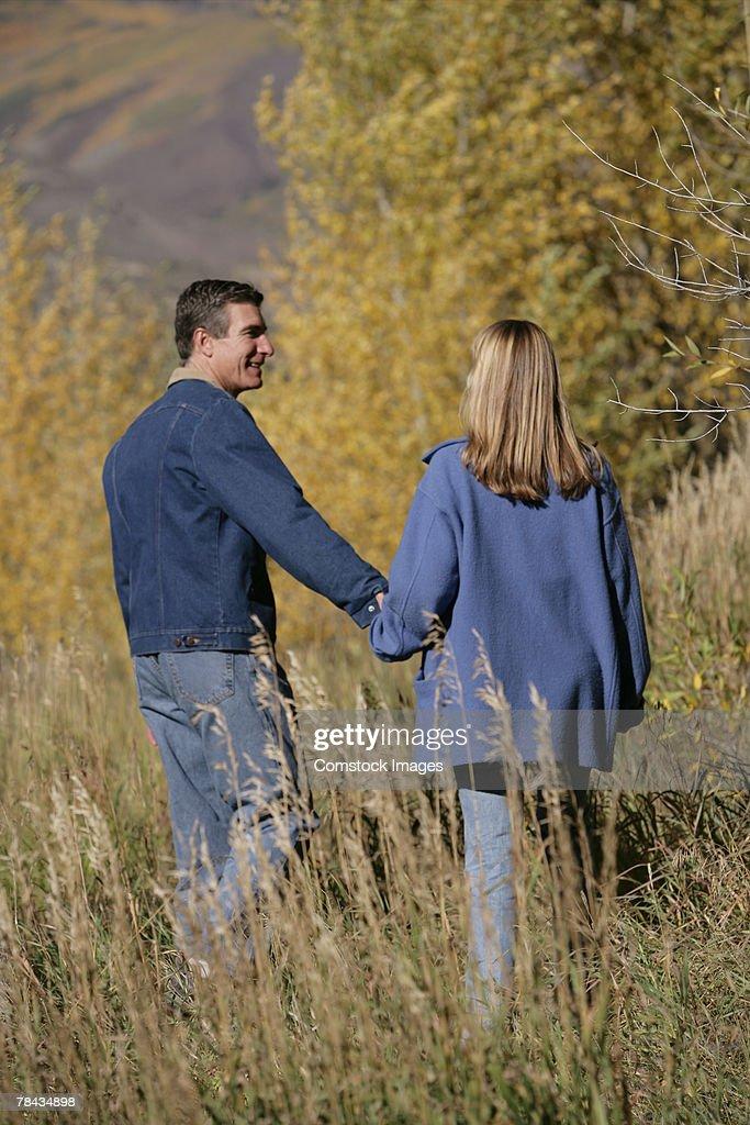 Couple walking : Stockfoto