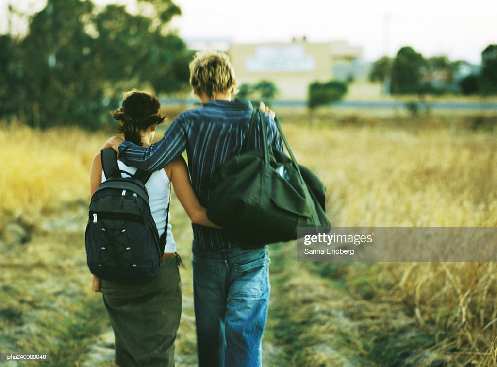 Couple walking, rear view : Stockfoto