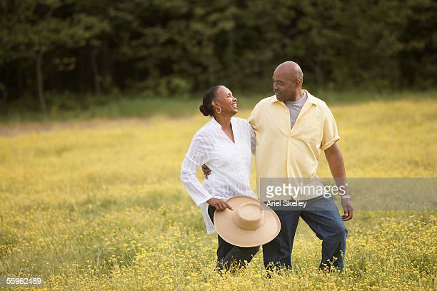 couple walking together through field - casal heterossexual - fotografias e filmes do acervo