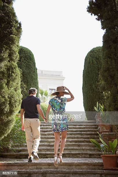 Couple marchant en plein air escalier