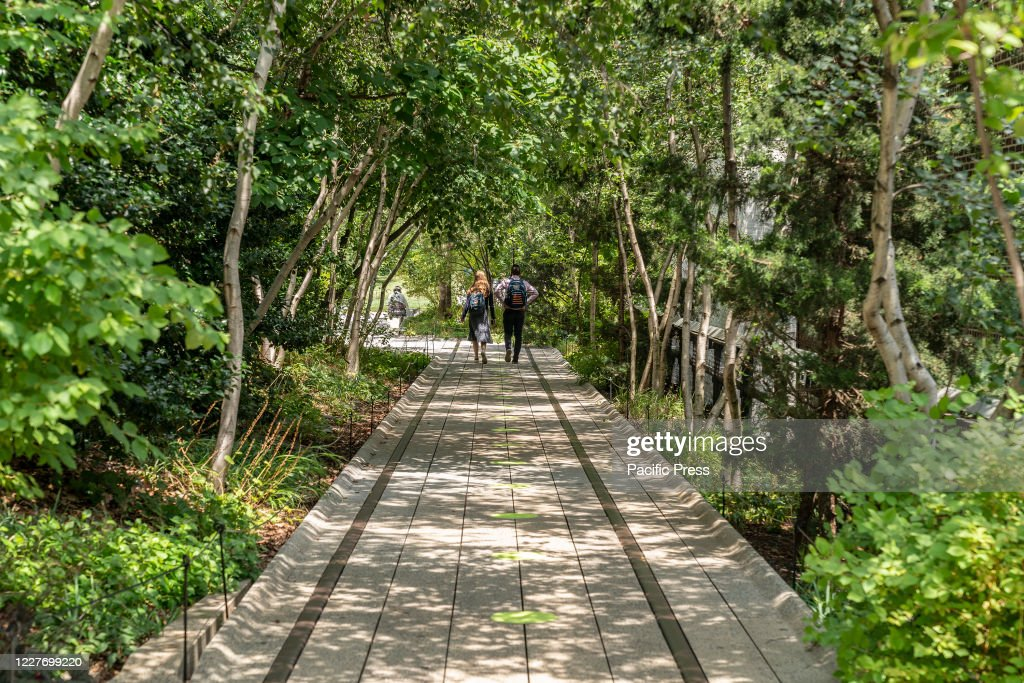 Couple walks as High Line Park reopens to the public with... : Nachrichtenfoto
