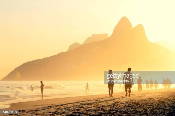 casal caminhadas em ipanema's pôr-do-sol - rio de janeiro - fotografias e filmes do acervo