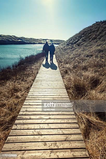 Casal caminha através das Dunas