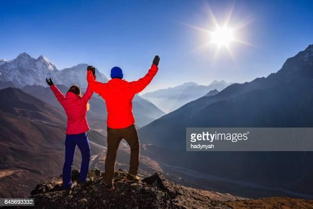 Pareja viendo atardecer en el Himalaya, el Parque Nacional Monte Everest