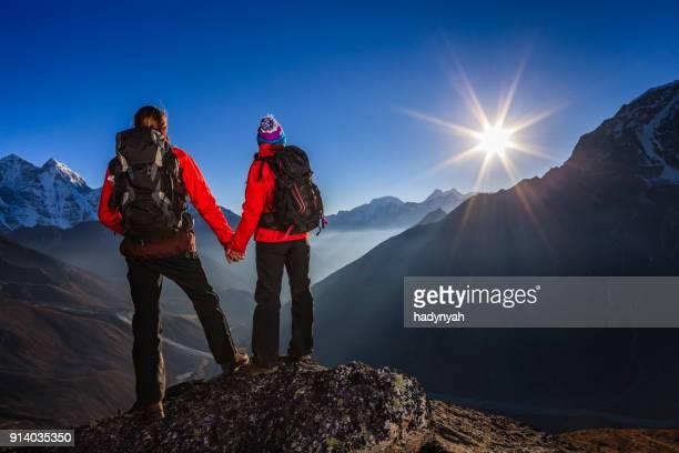 ヒマラヤ、エベレスト国立公園の夕日を見てカップル