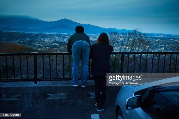 couple watching the night view of the city from high ground - 平塚市 ストックフォトと画像