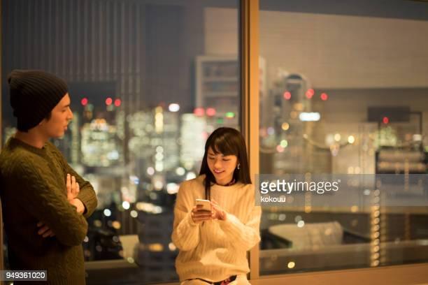 ラウンジで良い条件で交渉するカップル - 接近する ストックフォトと画像