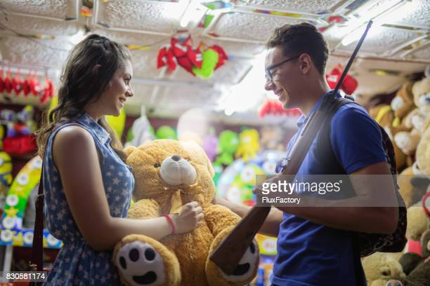 couple win in shooting games - teen awards foto e immagini stock
