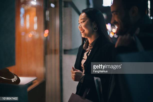 ventana de par ir de compras al aire libre en invierno - prometido relación humana fotografías e imágenes de stock