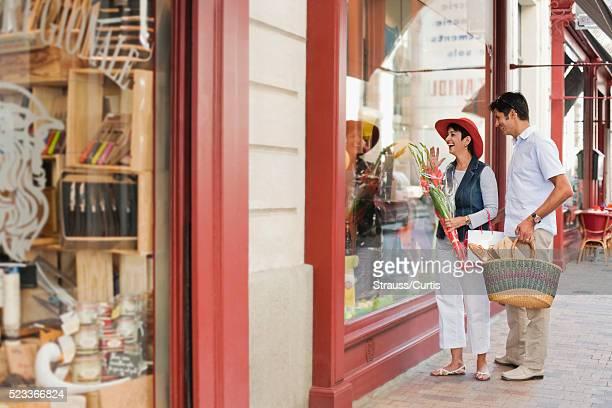 couple window shopping - guy carcassonne photos et images de collection