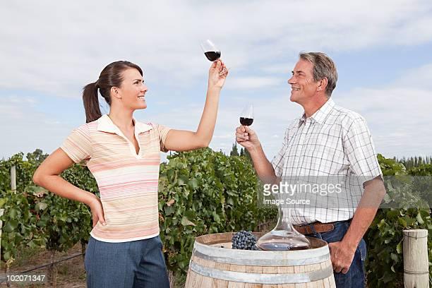 Pareja degustación de vinos de viñedos