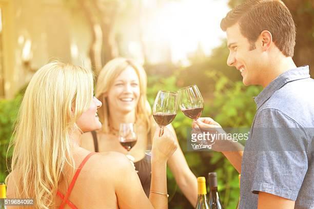 Paar Weinprobe, die Verkostung Wein Flaschen Auswahl von Vineyard Winery