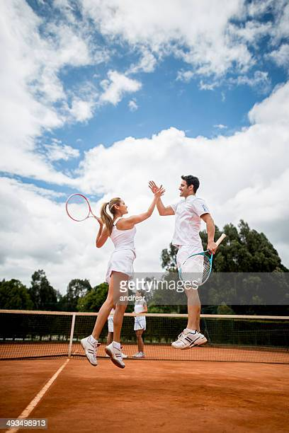 Couple gagner un match de tennis