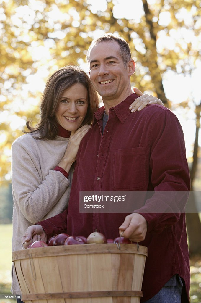 Couple with a bushel of apples : Stockfoto