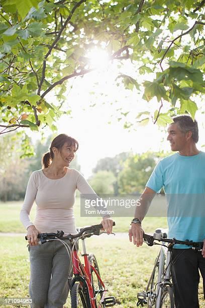 Paar mit Fahrräder stehen in Feld