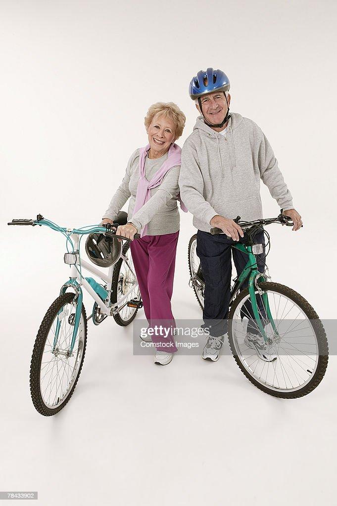 Couple with bikes : Stockfoto