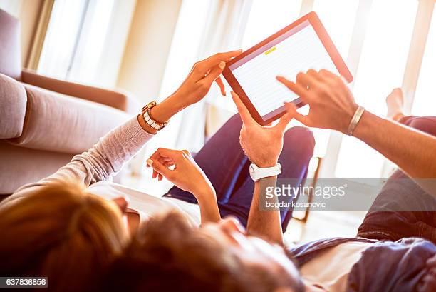 Pareja con tableta digital