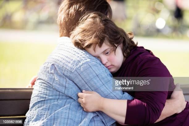 pareja con síndrome de down que abrazaba - discapacidad intelectual fotografías e imágenes de stock