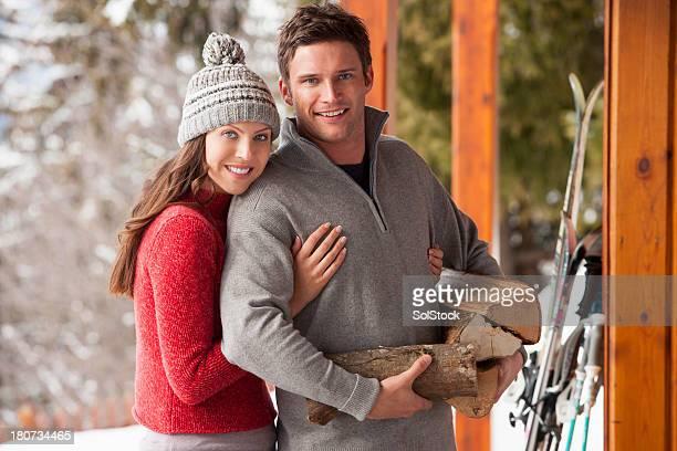 Couple avec garçon tenant bûches