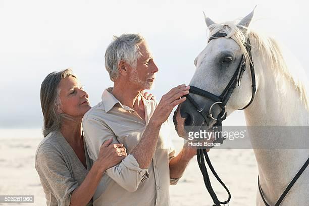 couple with horse - um do lado do outro - fotografias e filmes do acervo