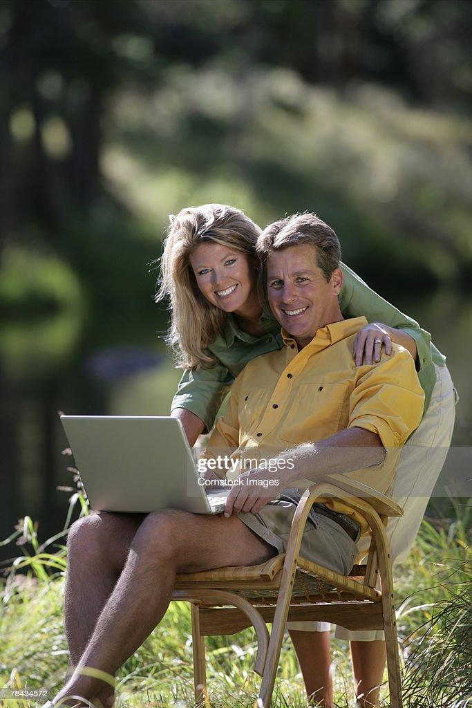 Couple with laptop : Stockfoto