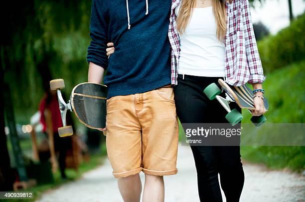 Couple avec Longboard dans le parc