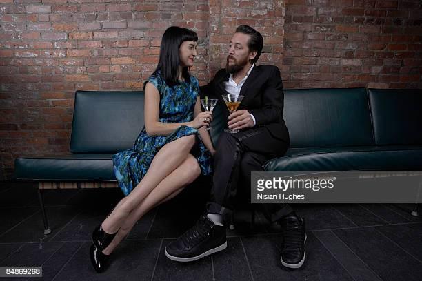 couple with martinis - côte à côte photos et images de collection