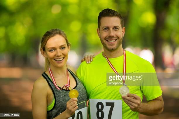 Paar mit Medaillen nach Marathonrennen