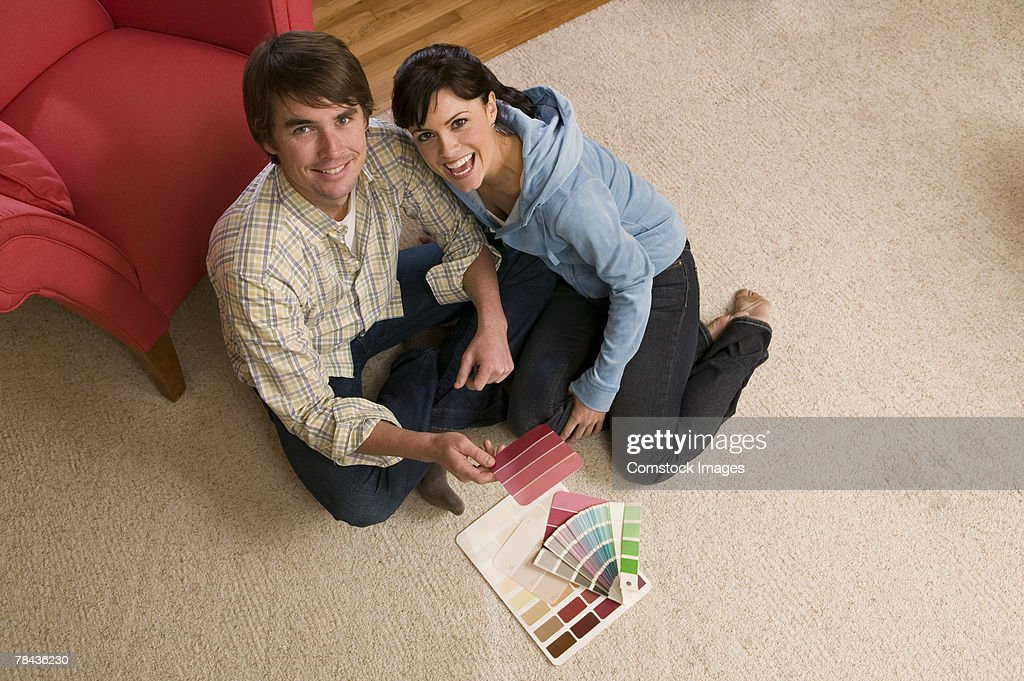 Couple with paint samples : Stockfoto