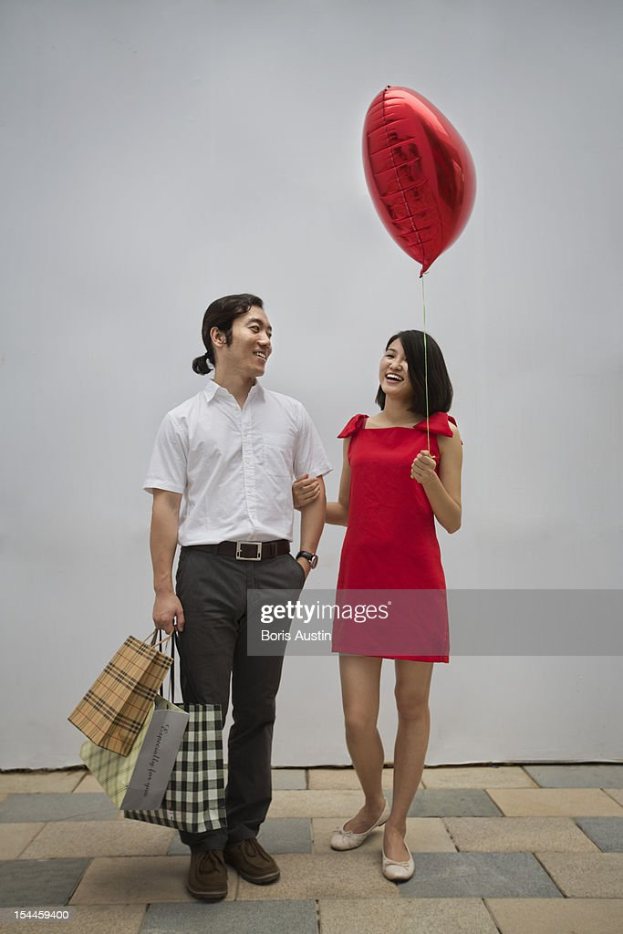 Couple with shopping bags and balloon : Stock-Foto