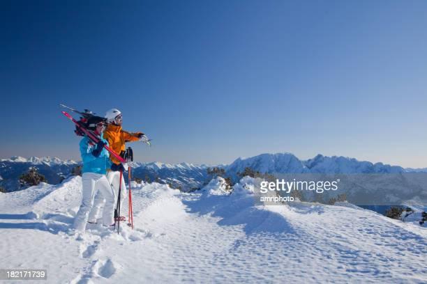 Paar mit ski-Ausrüstung auf die Berge